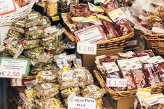 Taormina, †de la Sicile, Italie «le 6 août 2018 : différents produits alimentaires dans la boutique de souvenirs photo stock