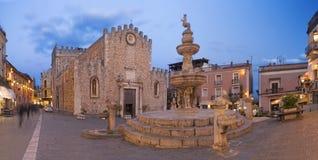 Taormina - аркада del Duomo - st Pancrazio церков на сумраке стоковые изображения rf