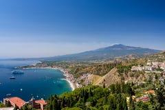 Taormina-Bucht an einem Sommertag mit dem Ätna-Vulkan stockbilder