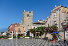 Taormina hoofdvierkant met San Giuseppe Church en de Klokketoren - Taormina, Sicilië, Italië royalty-vrije stock fotografie