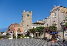 Taormina huvudsaklig fyrkant med San Giuseppe Church och klockatornet - Taormina, Sicilien, Italien royaltyfri fotografi