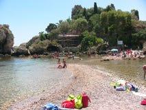 Taormina Isola Bella från stranden 2 fotografering för bildbyråer