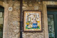 TAORMINA, ITALIË - OKTOBER 2, 2017: Decoratieve Siciliaanse straattegels Stock Afbeeldingen