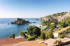 Taormina, Italia, 08/30/2016: Bella vista superiore sulla spiaggia di Isola fotografia stock libera da diritti