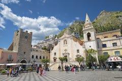 TAORMINA, ITALIE - 9 AVRIL 2018 : La place Piazza IX Aprile et église de St Joseph photos libres de droits