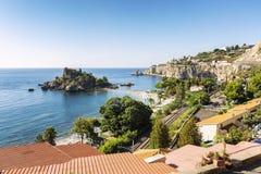 Taormina, Italie, 08/30/2016 : Belle vue supérieure sur la plage d'Isola photographie stock libre de droits