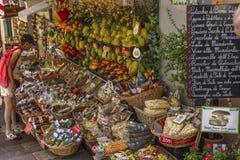 Taormina Italien, 08/30/2016: En smal gata i den gamla staden Folket k?per frukter och souvenir fotografering för bildbyråer