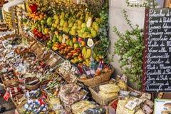 Taormina Italien, 08/30/2016: En smal gata i den gamla staden Folket k?per frukter och souvenir royaltyfria foton
