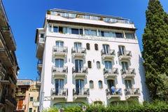Taormina Italien, 08/30/2016: Lyxigt vitt hotell p? en bakgrund av ljus bl? himmel arkivfoto