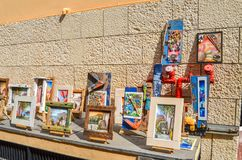 TAORMINA, ITALIEN - 2. OKTOBER 2017: Künstler ` s Verkäuferstall auf der Straße in Italien Lizenzfreies Stockbild