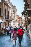 TAORMINA, SICILIË/ITALIË - SEPTEMBER 30, 2018: Mensen die in Taormina-stad, Sicilië, Italië lopen stock fotografie