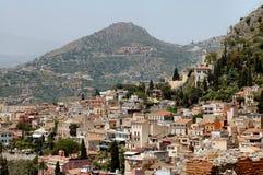 Taormina, Sicilia con le montagne nella priorità bassa Fotografie Stock Libere da Diritti