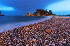 Taormina Sicilien: Isola Bella strand royaltyfri bild