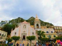Taormina Sicilien, Italien - Maj 05, 2014: Sikt över den huvudsakliga fyrkanten i Taormina, Sicilien, Italien, Europa Arkivfoto