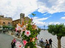 Taormina Sicilien, Italien - Maj 05, 2014: Sikt över den huvudsakliga fyrkanten i Taormina, Sicilien, Italien, Europa Royaltyfri Foto