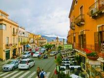 Taormina Sicilien, Italien - Maj 05, 2014: Sikt över den huvudsakliga gatan i Taormina, Sicilien, Italien, Europa Royaltyfri Bild