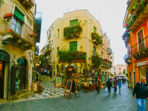 Taormina Sicilien, Italien - Maj 05, 2014: Sikt över den huvudsakliga gatan i Taormina, Sicilien, Italien, Europa Arkivfoto