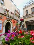 Taormina Sicilien, Italien - Maj 05, 2014: Sikt över gatan i Taormina, Sicilien, Italien, Europa Arkivfoton