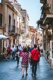 TAORMINA SICILY, WŁOCHY, WRZESIEŃ,/- 30, 2018: Ludzie chodzi w Taormina mieście, Sicily, Włochy fotografia stock