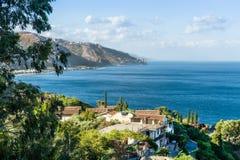Taormina, Sizilien, Ansicht der Küste lizenzfreie stockbilder