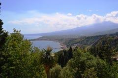 Taormina stad och Etna berg som röker, Sicilien i en vårafton Arkivfoton