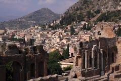 Taormina und Amphitheaterruinen Stockbild