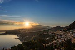 Taormina und Berg Etna Volcano in Sizilien Italien stockbild