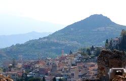 Taormina visto del teatro griego imagen de archivo