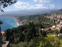 Taormina y el monte Etna fotografía de archivo libre de regalías