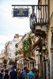 Taorminahoofdstraat druk met toeristen, toeristenwinkels en restaurants stock afbeeldingen
