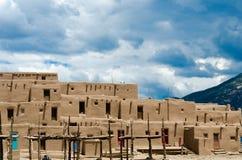 Taos镇喜怒无常的日落 免版税库存照片