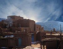 Taos Pueblo i vinter Arkivfoton
