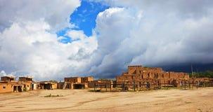 Taos Pueblo med dramatiska moln som är nya - Mexiko Royaltyfri Foto