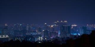 Taoyuan stadshorisont - Asien modern affärsstad, panorama- cityscape på natten royaltyfri fotografi
