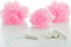 Tapón y servilletas sanitarias en el fondo blanco femenino hygien Imagen de archivo libre de regalías