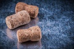 Tapónes del corcho de Champán en la comida metálica del fondo y el concepto de la bebida Fotos de archivo libres de regalías