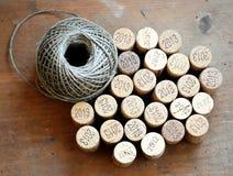Tapónes del vino y bola de la guita en una base de madera Fotografía de archivo