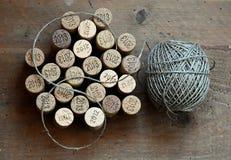 Tapónes del vino y una bola de la guita Imágenes de archivo libres de regalías