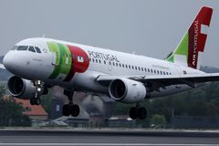 TAP het vliegtuig die van Luchtportugal van baan van start gaan royalty-vrije stock foto