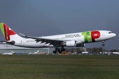 TAP het vliegtuig die van Luchtportugal van baan van start gaan royalty-vrije stock afbeelding