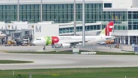 TAP het vliegtuig die van Luchtportugal op baan in de Luchthaven van München, Duitsland taxi?en stock videobeelden