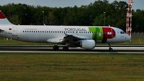 TAP het vliegtuig van Luchtportugal op baan in de Luchthaven van Frankfurt, FRA, Duitsland