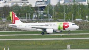 TAP het vliegtuig van Luchtportugal op baan in de Luchthaven van München, Duitsland stock videobeelden