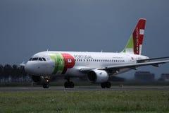 TAP het vliegtuig van Luchtportugal op baan in de Luchthavenschiphol van Amsterdam AMS stock foto