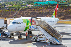TAP Portugal Airbus A319-111 em Funchal Cristiano Ronaldo Airport, passageiros de embarque Imagem de Stock