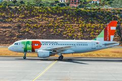 TAP Portugal Airbus A319-111 in Funchal Cristiano Ronaldo Airport, verschalende Passagiere Dieses airpo Lizenzfreie Stockfotografie