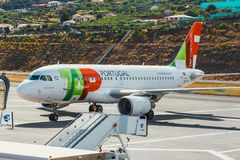 TAP Portugal-Luchtbus A319-111 in Funchal Cristiano Ronaldo Airport, inschepende passagiers Dit airpo Stock Afbeelding