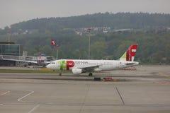 TAP Portugal surfacent sur le macadam à l'aéroport de Zurich Images stock