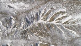 Tapa de altas montañas, cubierta por la nieve tiro Vista superior de la colina nevosa Paisaje hermoso almacen de video