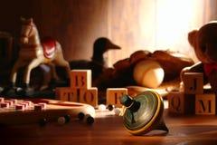 Tapa de giro de madera antigua y juguetes viejos en ático Imagen de archivo libre de regalías